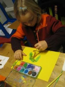 Enfant fait de la peinture en anglais