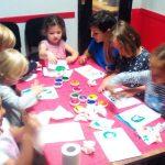 Les activités ludiques font avancer pour apprendre l'anglais, les textures, les sons, les couleurs aident les enfants à parler l'anglais.