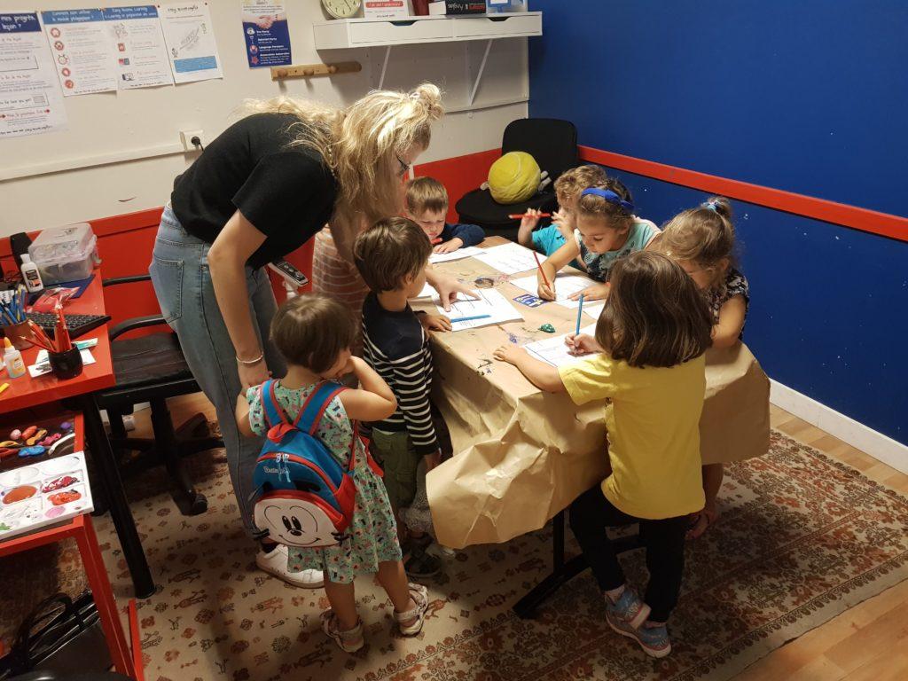 Au Kids School Montpellier, les enfants répètent et apprennent l'anglais avec plaisir